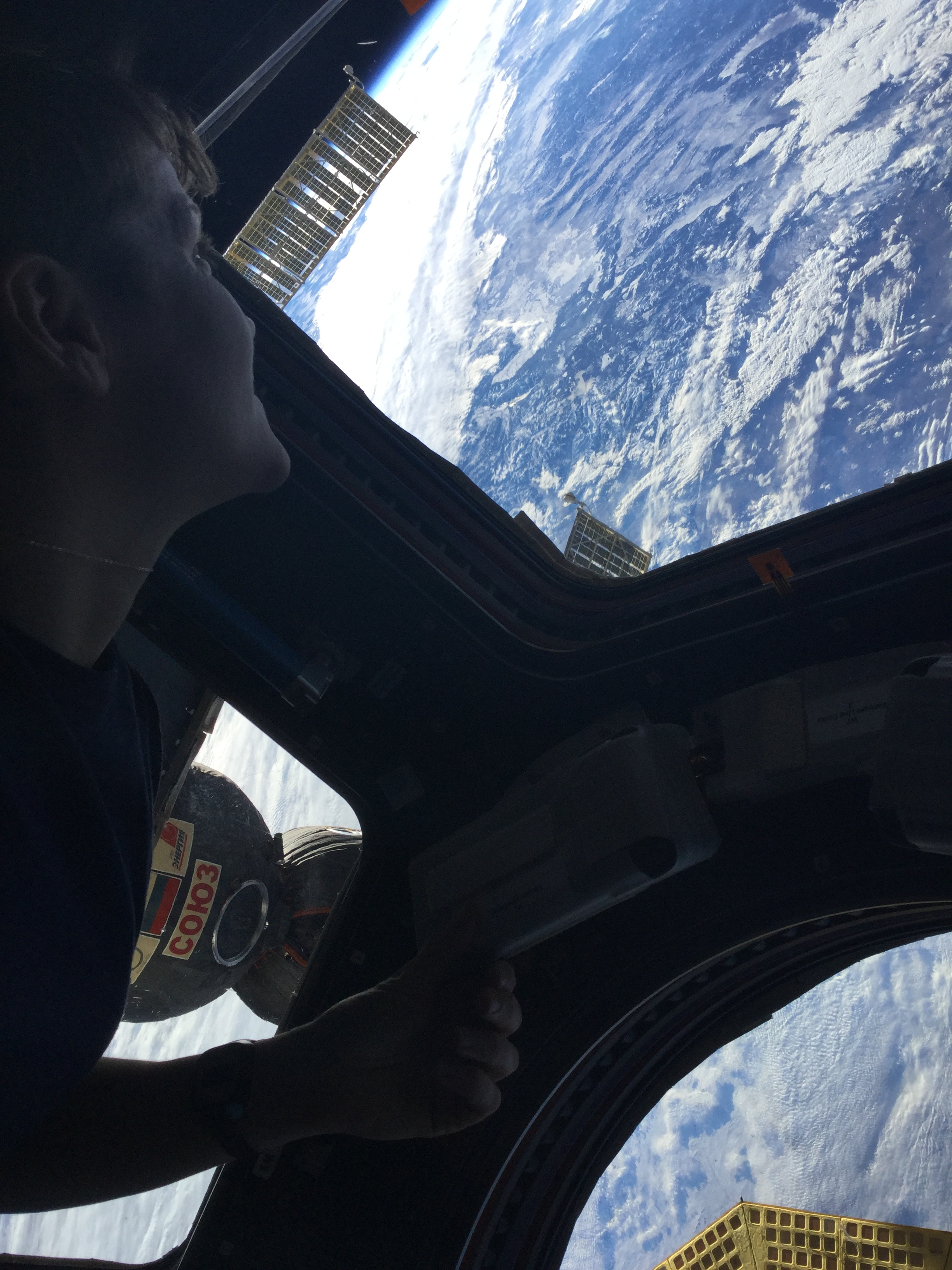 astronauta observando la Tierra desde la estación espacial internacional