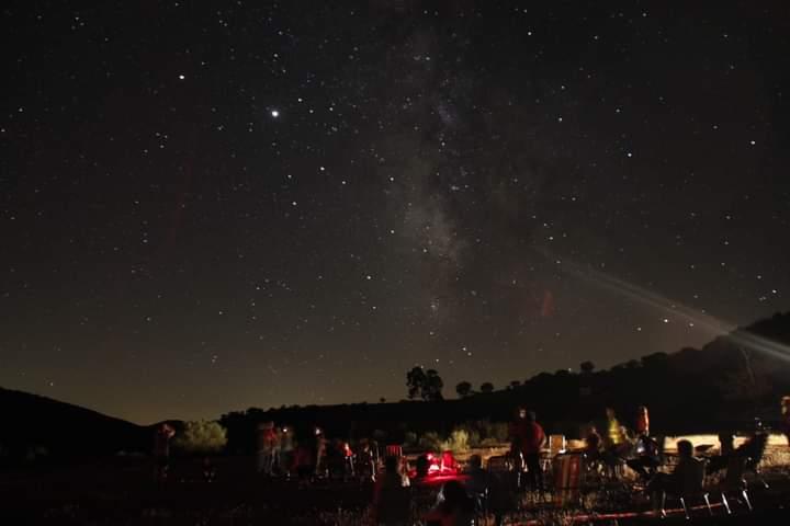 Turistas disfrutando de una noche de observación